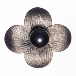 Flower Shape of Brooch with Grey Pearl